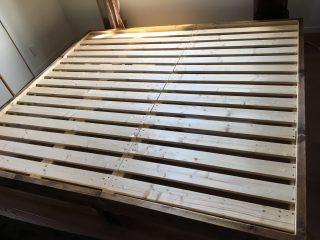 家族みんなで眠れる大きなローベッドをDIY♪1×4材、2×4材、2×6材で作る継ぎ目や段差のない、自分好みのサイズのローベッドの作り方。