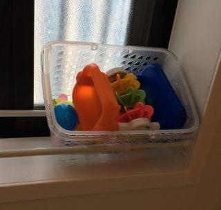 お風呂のおもちゃ収納。おもちゃのカゴを浮かせて水切れをよくする方法。お風呂小物はひっかけ収納がおすすめ♪