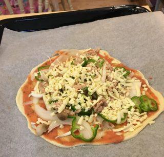思い立ったらすぐできる♪発酵なし、薄力粉で出来る簡単手作りピザを子供たちと楽しもう♪おすすめクックパッドレシピ。