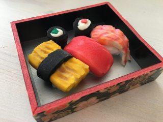 子供たちと工作♪100均DIY♪ダイソーの材料で簡単スクイーズ♪ ガラス絵の具と化粧パフでお寿司のミニスクイーズの作り方。