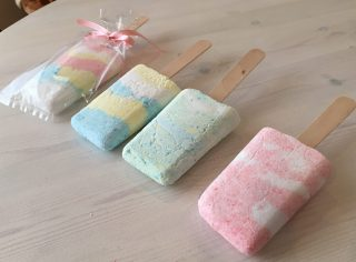 手作りバスボムで子供たちとお風呂を楽しもう♪型から簡単に外す方法。アイスクリームやアイスキャンデー、おもちゃ入りバスボムの作り方も♪