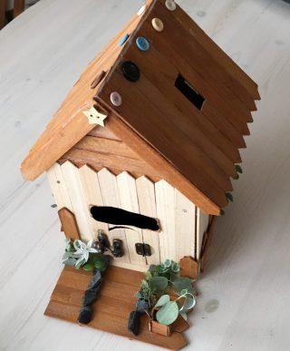 100均材料で手作り【可愛い木の貯金箱のおうちの作り方】夏休みの子供の自由工作に♪加工が簡単、ダイソーの木製ネームプレートがアイデア貯金箱作りにおすすめ!